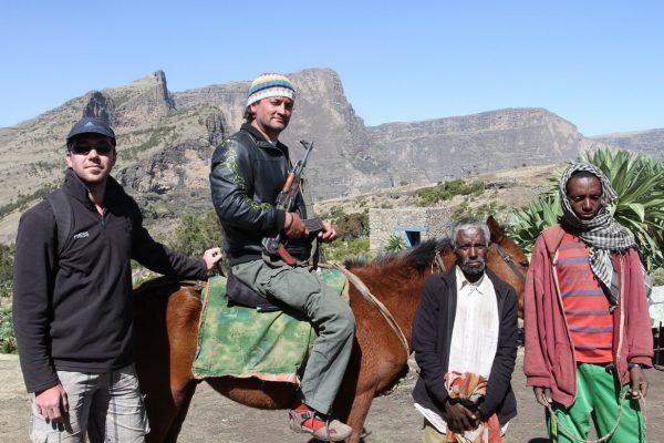 2013 Etiopia Simien NP Géppityu és szandál piros zoknival.