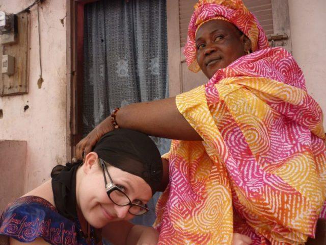 A kendőmet mindig helyi asszonyok kötik meg, hogy úgy álljon, ahogy kell Szenegálban másolata-min